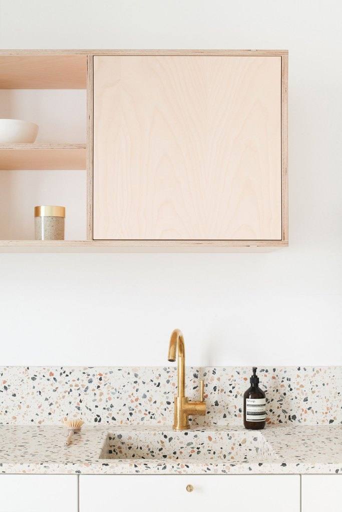Terrazzo et laiton doré